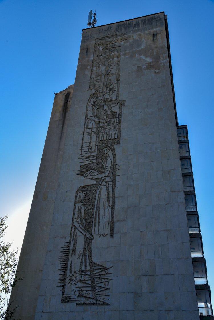 Каменен барелеф на фасадата на хотел Соколица в Смолян - Стар център