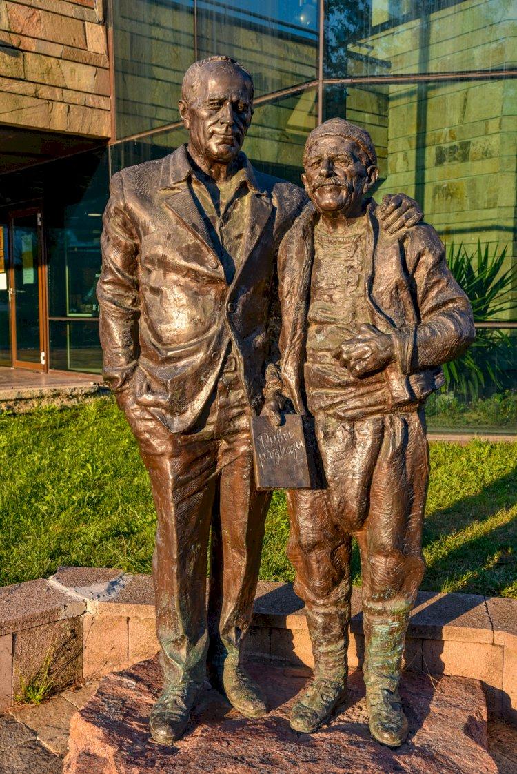 Метална статуя на Николай Хайтов и родопчанин
