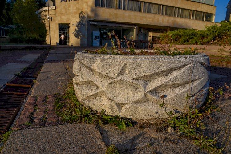 Каменна саксия с изображение на слънце в Смолян - Нов център