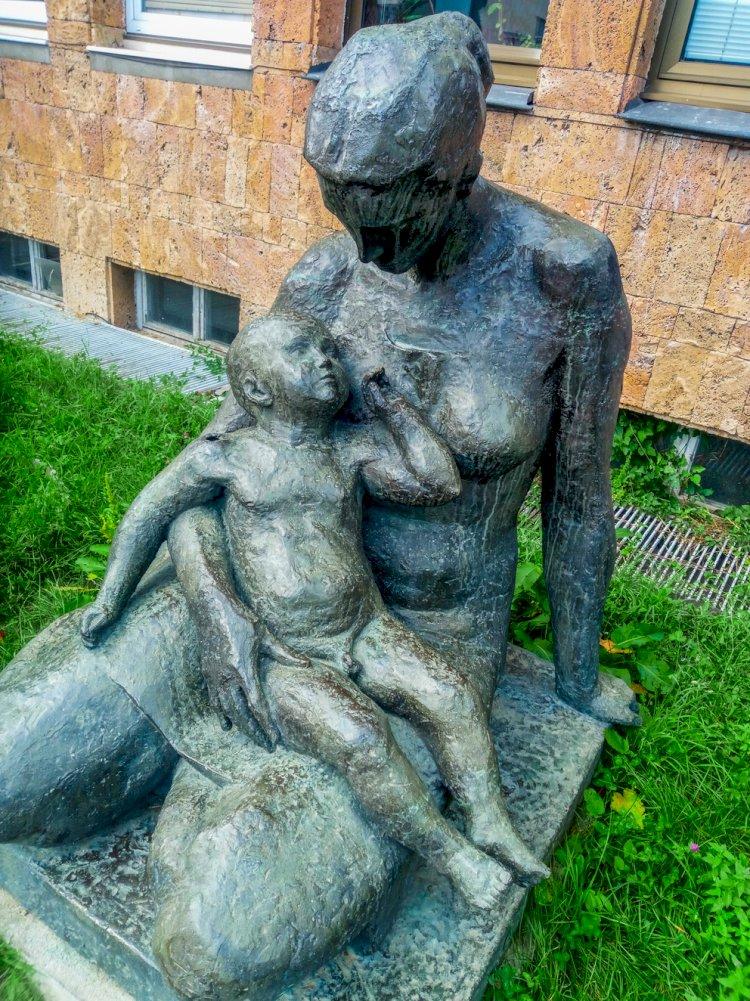 Статуя на майка с дете пред болницата в Смолян