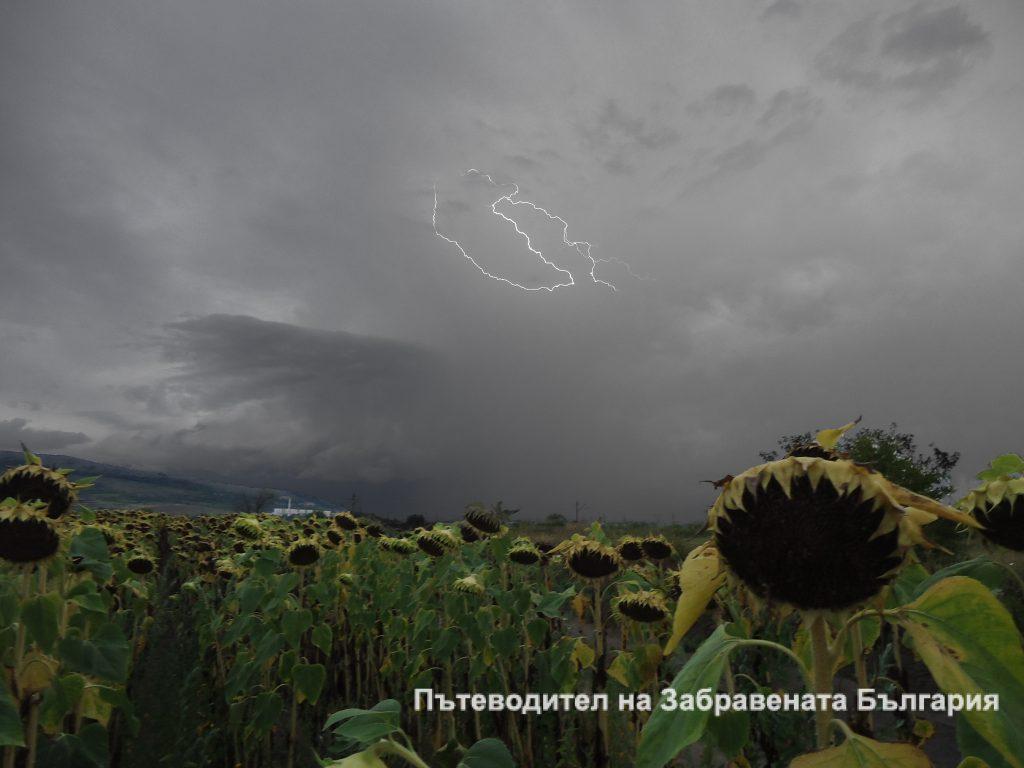 Полята се подготвят за борба със стихията, с. Синитово, подножието на Родопите