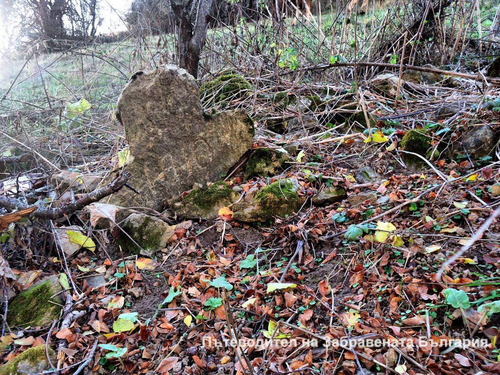 Гроб с ясно оформена надгробна плоча във формата на кръст, на незнаен свещеник, село Върбово, Западни Родопи.