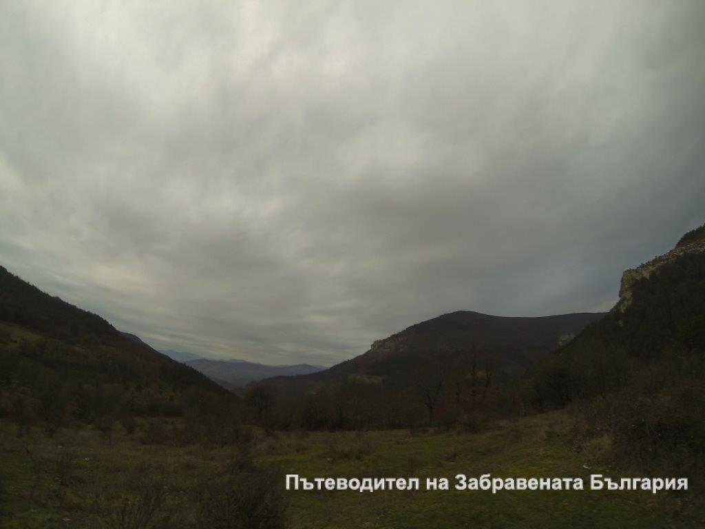 Село Крушка. Минути преди дъждът да се преобърне в сняг.