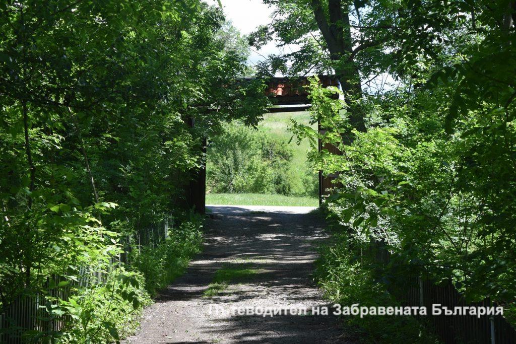 Входът на Горнобогоровския манастир