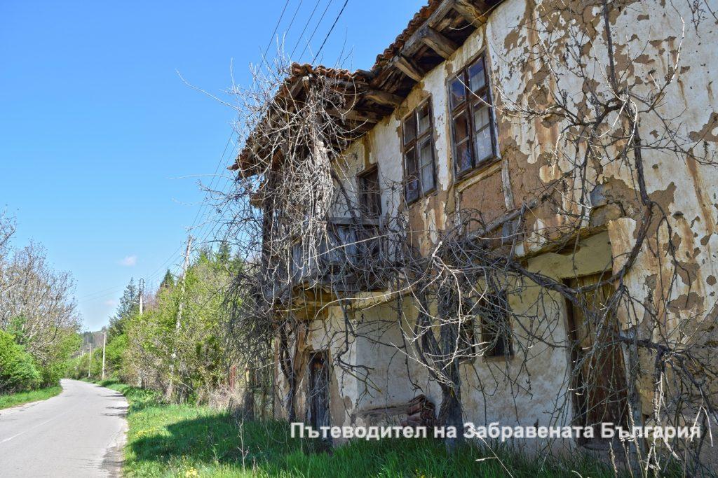 Фасадата на изоставена къща във Враня стена