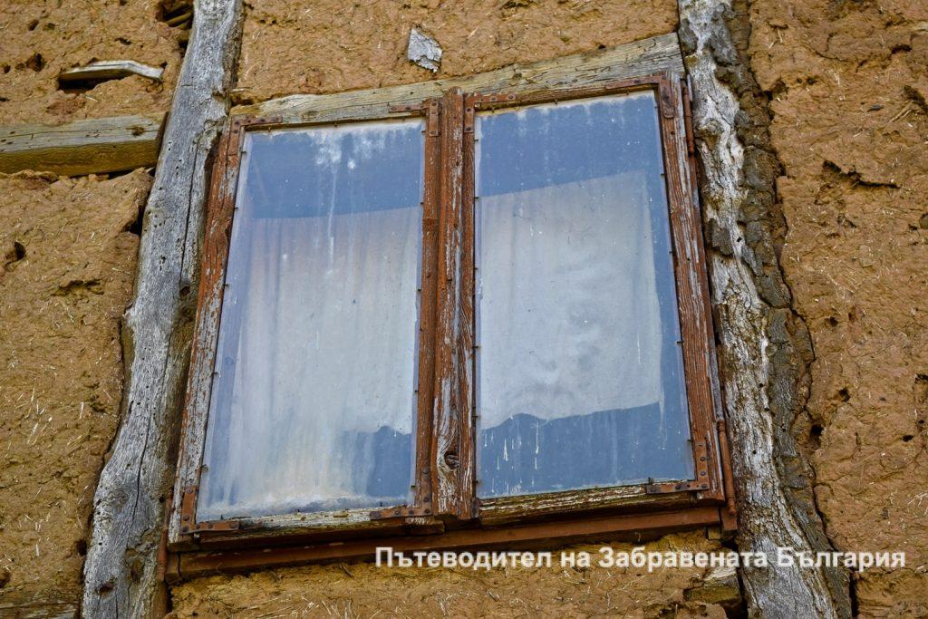 Прозорецът на изоставена къща във Враня стена