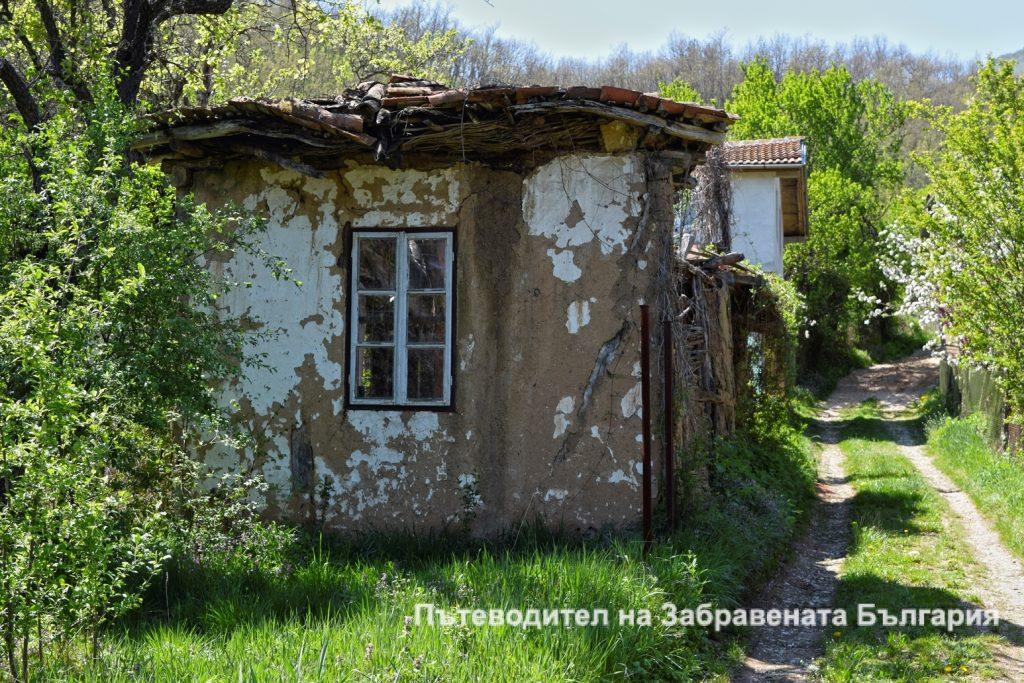 Фасада на изоставена къща във Враня стена