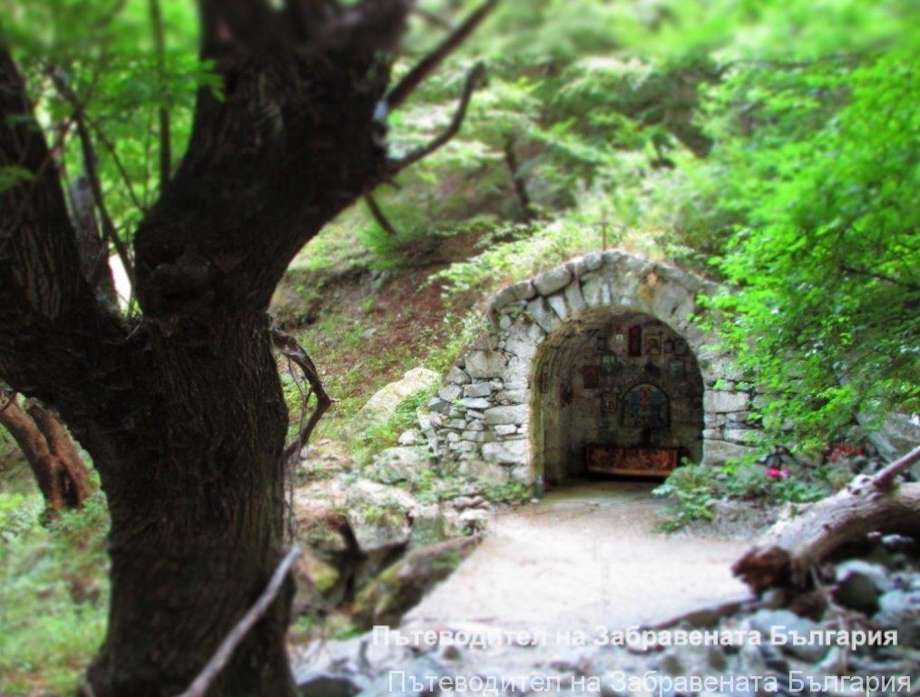 Параклисът с обърнатия олтар и Сопотския водопад